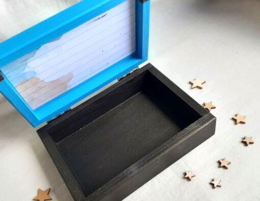 Caja de madera pintada y decorada a mano