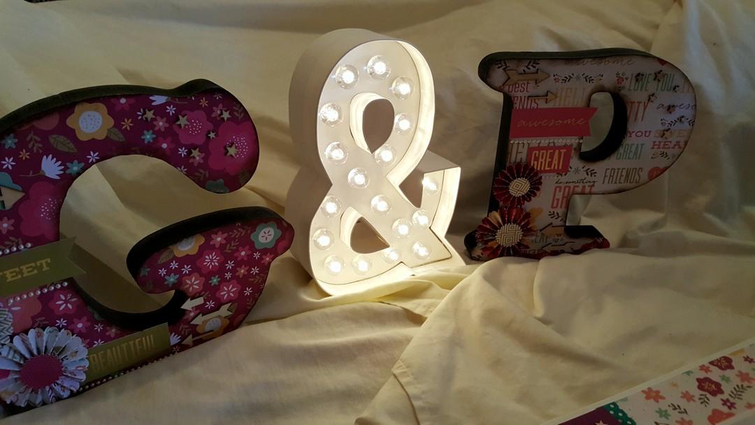 Letras decoradas para la mesa de firmas de la boda